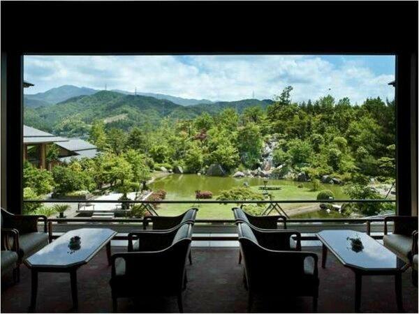 ロビーからは華鳳自慢の6000坪の美しく広大な大庭園を眺めることができます。