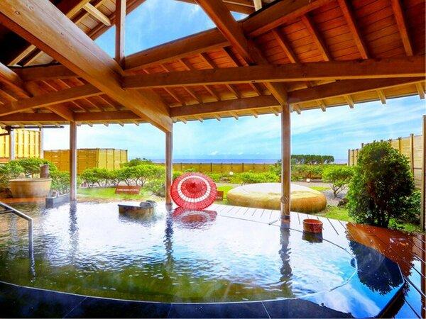 「日本海」男性露天風呂/無色透明のトロっとした塩化物泉は、汗の蒸発を防ぐ保温効果があります。
