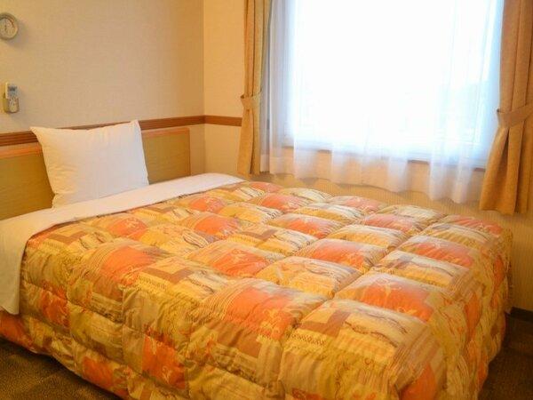 幅140cmのダブルベッドで広々、ゆったりのお部屋です。
