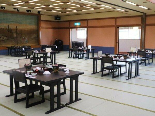 畳敷きの大きな広間にお客様グループごとにテーブル椅子をご用意し、お食事を配膳させていただく形式です。