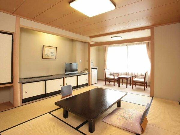 山並みの景色をお楽しみ頂ける、西館の和室10畳のお部屋
