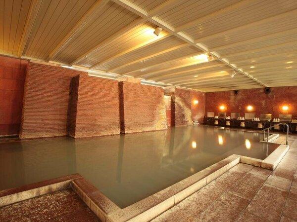 自慢の、大きな内湯『石殿』 源泉は硫黄たっぷり、薄にごり湯の希少な『白旗』。とろりとなめらかな浴感