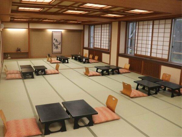 畳敷きの大きな広間にお客様グループごとにお膳をご用意し、お食事を配膳させていただく形式です。