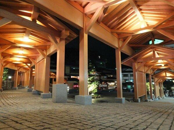 【湯路広場回廊】湯畑から程近くには、湯路広場があります。