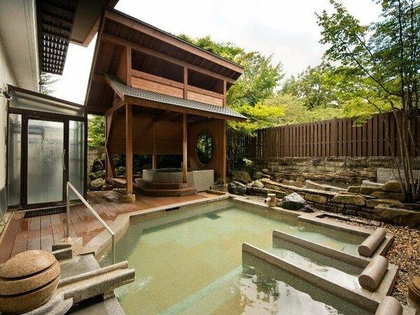 【湯畑源泉を引く夏の露天風呂・うたたね乃湯】画像は、女性浴場となります。