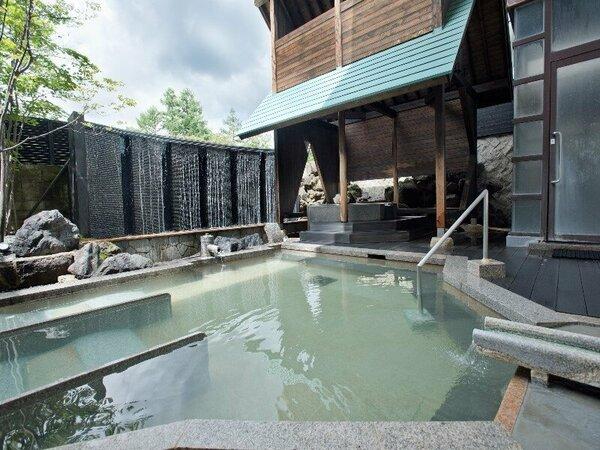【湯畑源泉を引く夏の露天風呂・うたたね乃湯】画像は、男性浴場となります。