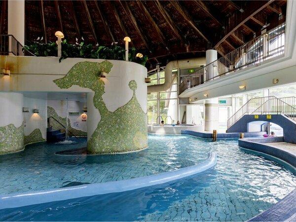 【雨や雪でも遊べる温水プール】テルメテルメの室内プール。遊泳エリアは、ファミリーに人気です。