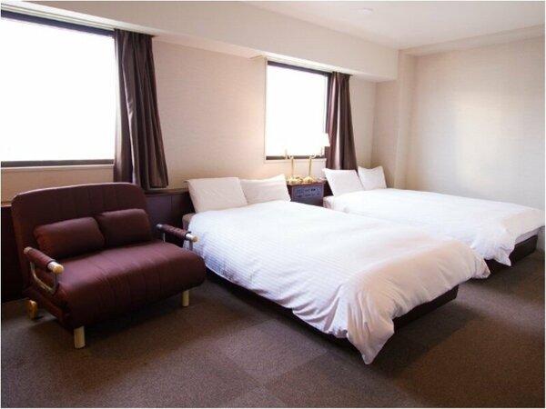 ツインルーム☆幅120cmベッド2台☆広さ26平米☆ソファーベッドにベッドメイクは行っておりません。