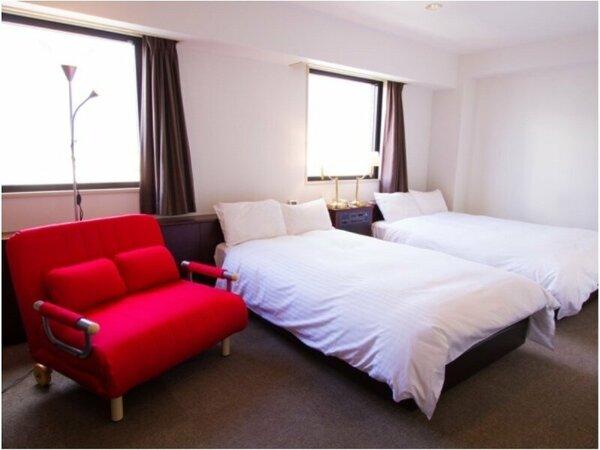ツインルーム☆禁煙ルームには赤色のソファーベッドを設置☆
