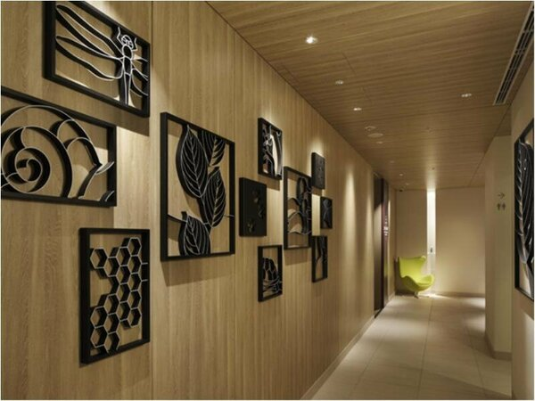 """1階廊下 """"緑・文化・歴史・芸術""""を意識した滞在空間"""