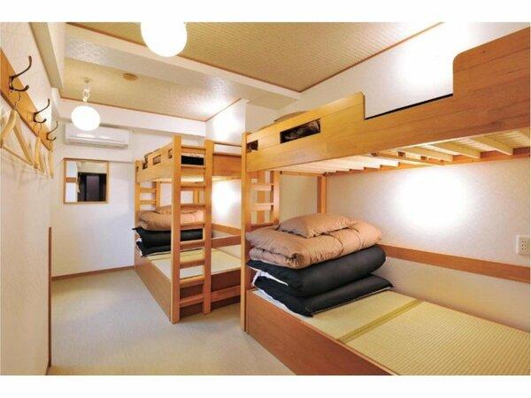エアコンが備わるドミトリールームのベッド1名分です。 10歳以下の子供は宿泊できません。