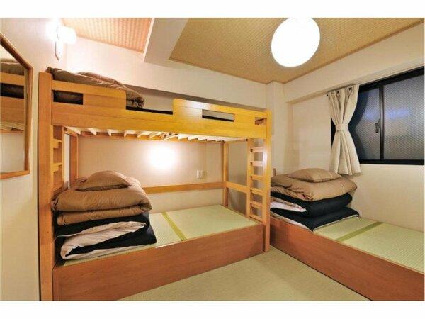 二段ベッド、エアコン、読書灯が備わる客室です。バスルームとトイレは共用です。