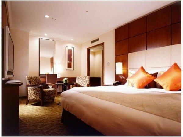 24階に位置する最上級客室。和のテイストを織り交えたモダンなデザインの客室です。