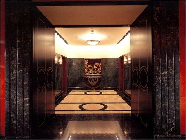 重厚感あるエレベーターホール