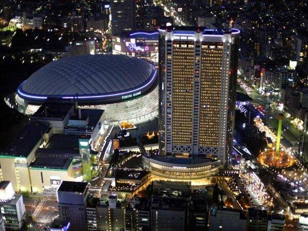 東京の中心にそびえる地上43階建てのホテル