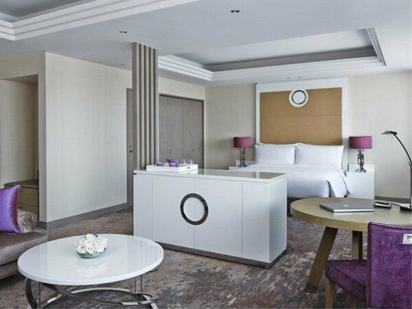 ホテル最上階のプレミアルーム。60平米以上の広さで寛ぎのステイを提供します。