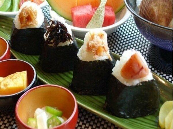 ◆朝食 手作りおにぎり、具たくさん味噌汁、選べる小鉢で元気をチャージ☆