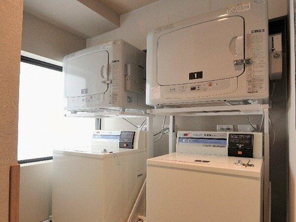 ◆ランドリーコーナー/12階 男女共に、洗濯機2台(無料)、乾燥機2台(20分100円)、洗剤(無料)