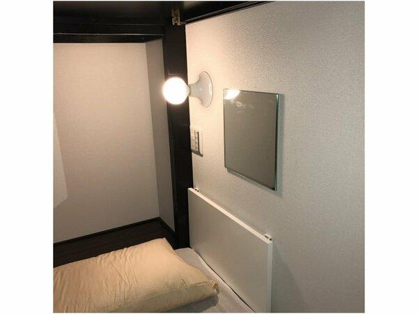 客室内には読書灯やコンセントに無料wi-fiもございます