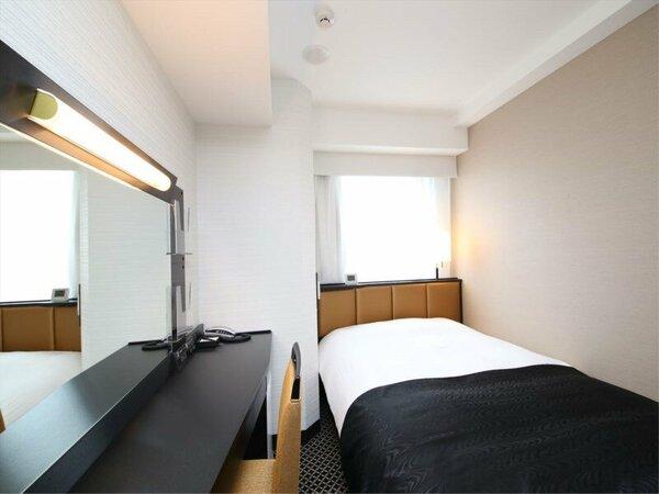 シングルルーム(広さ11平米/ベッド幅142cmのワイドベッド設置)