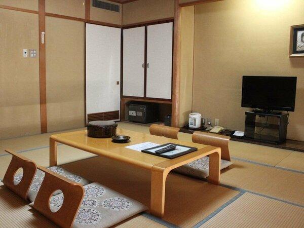 12.5畳の和室。海側と山側とございます。