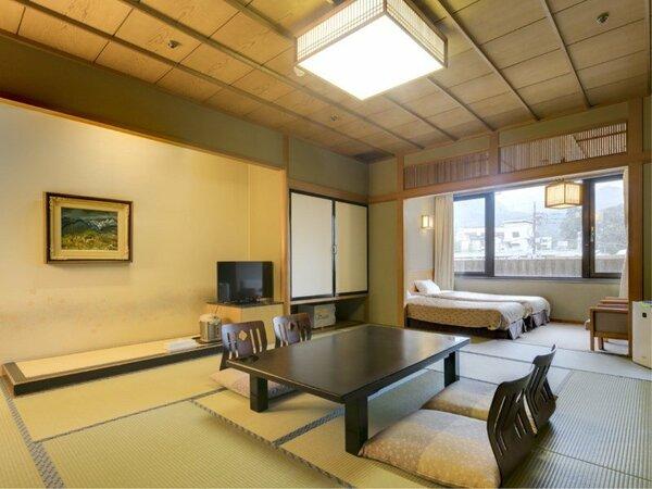 温泉街や山々を望む客室【和洋室】