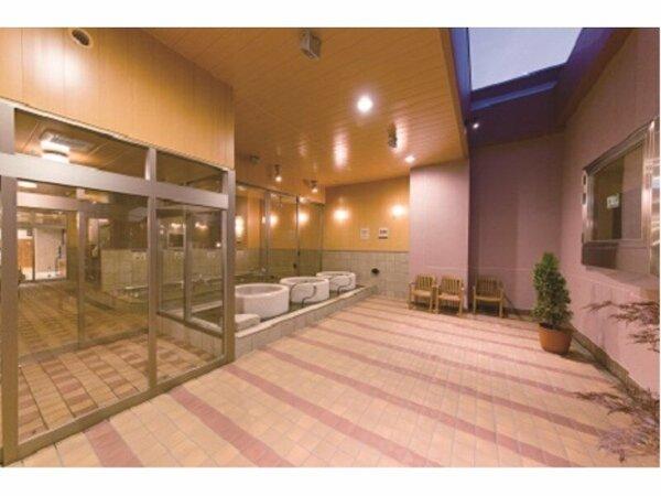 天然温泉「みなぴりかの湯」露天風呂には2台の大型テレビを完備