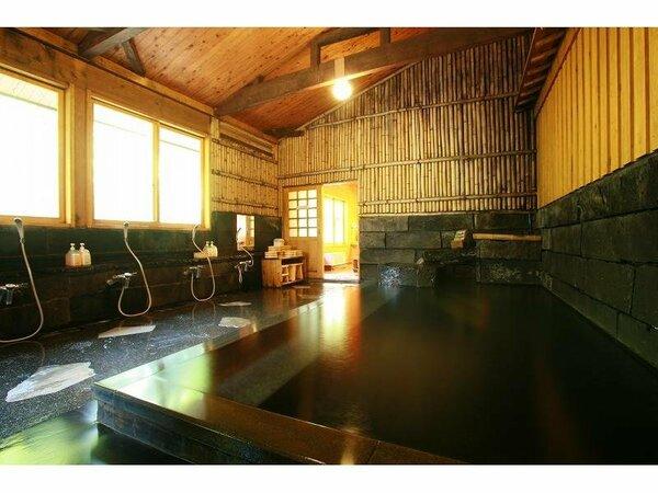 【大浴場(男湯・女湯】当館で一番広いお風呂。のんびりと時間を過ごせます。※24時間利用可。
