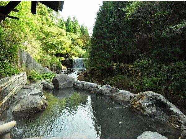 【川風呂(混浴)】スタッフ手作り。豪快な滝は夜ライトアップ☆ ※24時間(20時から22時女性専用)