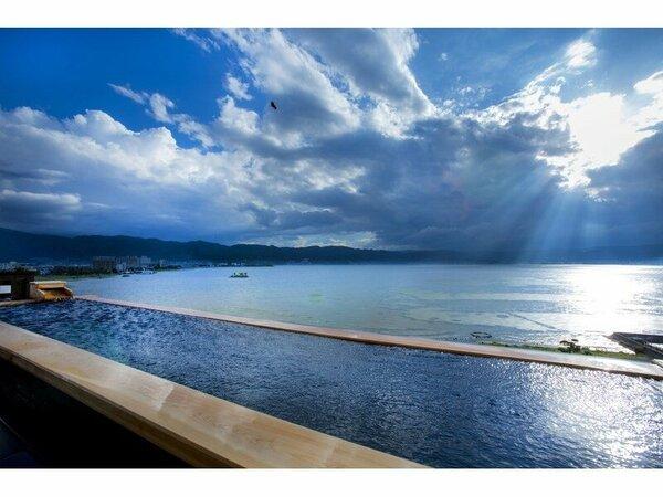 展望混浴露天風呂。飲み物もご用意。諏訪湖を眺めながら寛ぎの時間を。