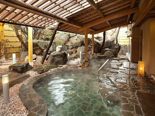 美肌の上諏訪温泉を、大きな岩を組んだ露天風呂で満喫。