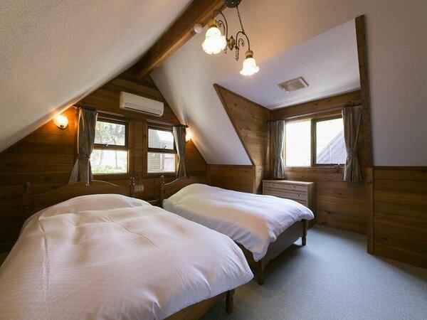 コテージベッドルーム:街中の喧騒から離れた静かな夜、そして、自然の光で目覚める朝をどうぞ