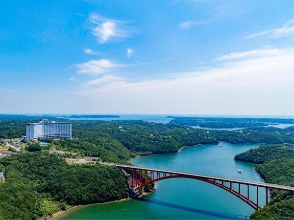 【ホテル景観】伊勢志摩の豊かな自然と的矢湾にかかる的矢湾大橋が織り成す美しい風景をお楽しみください