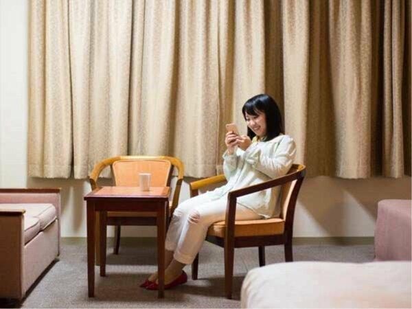【洋室】36平米の広々としたお部屋です。ベッドとソファセットでゆっくりとお寛ぎください。(定員4名様)