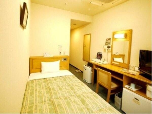 一人旅の定番シングルルーム(約11平米)です。全室広々セミダブルベッドを設置!ごゆっくりお寛ぎ下さい♪