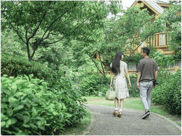 【滞在イメージ】ホテル敷地にはたくさんの木々や草花が。風にそよぐガーデンをのんびりお散歩。