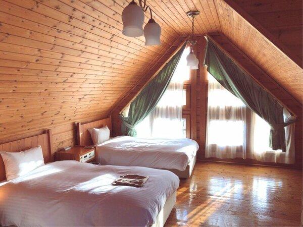 【ログハウス】木のぬくもりあふれるログハウス。光が差し込む2階の寝室。