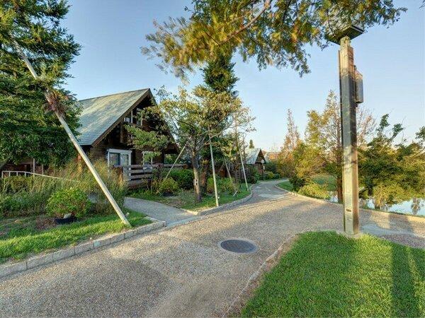 *【ログハウス外観】庭の森の中に配された全14棟のログハウス。1棟丸ごと水入らずのひと時を。