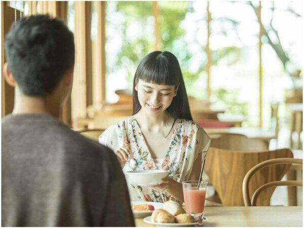 【滞在イメージ】ご朝食はレストランにてバイキングを。お庭を眺めながら、のんびり召し上がれ。