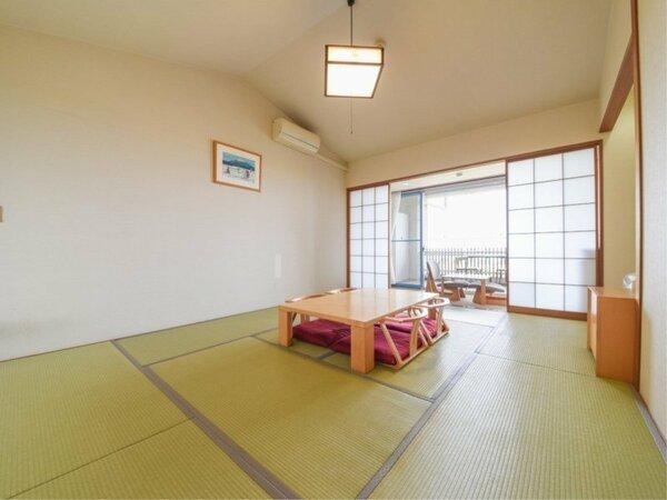 *【部屋(本館和室10畳)】ご家族、グループにおすすめ。お部屋は西向きなので、窓からは大阪湾が一望