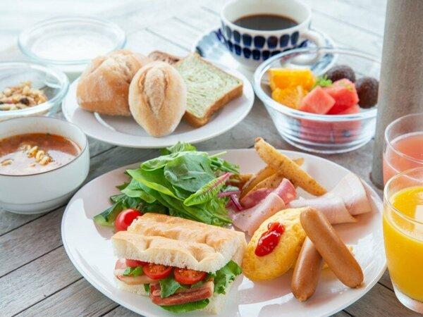 *【ご朝食】緑を眺めながら、お天気の良い日はテラスでいただくのもオススメ。