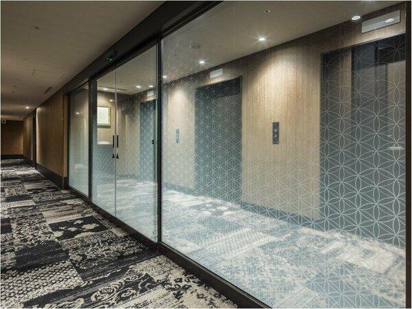 【施設設備】エレベーターホールに設置されているセキュリティ扉