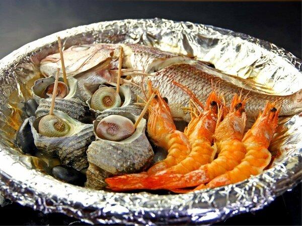 淡路名物の宝楽焼。厳選された魚介をふっくら酒蒸しにして焼いた海の恵みたっぷりの豪快な料理♪