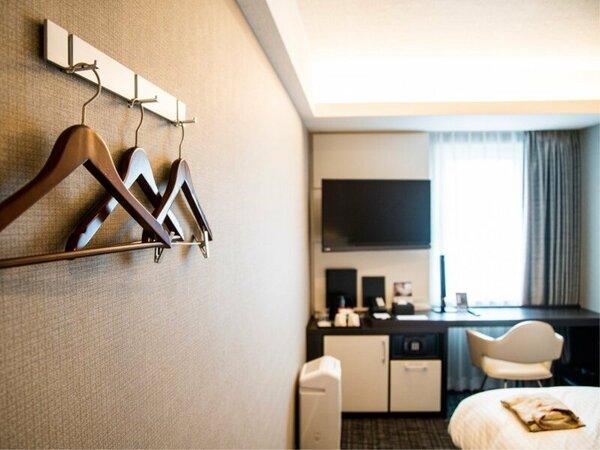 デザイン性と機能性を兼ね揃えた客室、シモンズ製ベッドでゆっくりお休みください