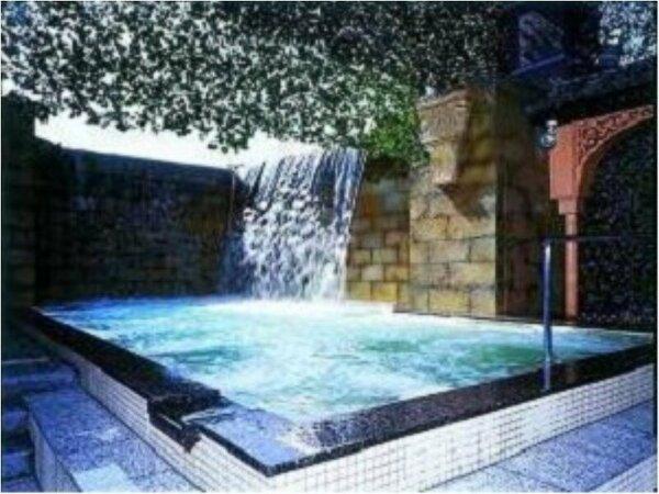 【ヨーロッパゾーン】スペイン 二本の荒々しくダイナミックな滝と開放感抜群の露天風呂