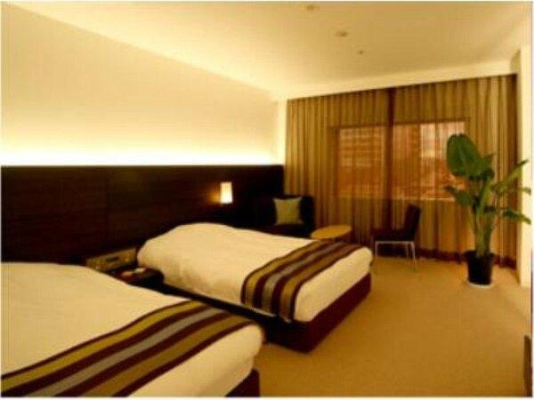 【洋室】広々とした空間を、ゆったりとしたベッドとシンプルなインテリアで演出。(24平米)