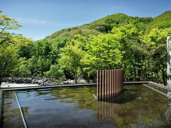 【渓流露天風呂】奥入瀬渓流を望む開放的な露天風呂