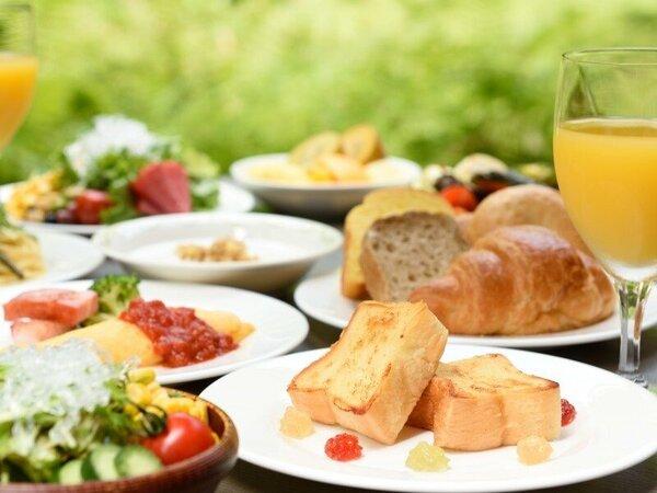 【朝食ビュッフェ】森の木立を眺めながら焼き立てパンの香りに包まれる朝のひとときを