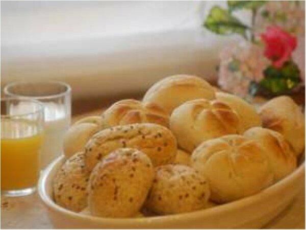 朝食バイキングに、ヨーロッパ直輸入の無添加パンも加わりました。トースターで焼いて焼き立てをどうぞ!