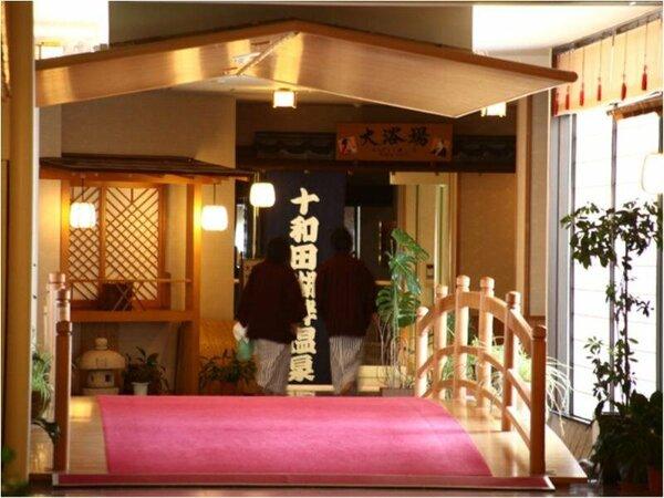 大浴場までの楽しい館内。沢山の展示品や七福神もいらっしゃいますよ♪